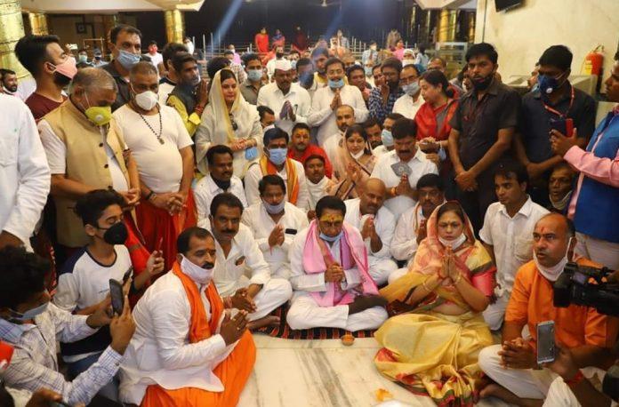 पूर्व CM कमलनाथ ने बाबा महाकाल से कोरोना महामारी से मुक्ति दिलाने की प्रार्थना की या कोरोना बढ़ने के संकेत दिए !