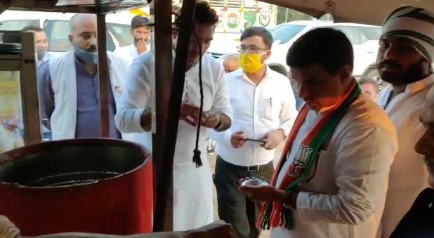 narendra singh tomar eating golgappe